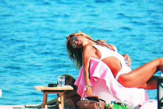 �a�la �ikel �ikelin Bikini mayolu pozu